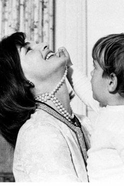 Jackie Kennedy condivide un momento commovente con suo figlio, John F Kennedy Jr