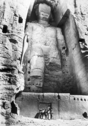 L'archeologo francese Joseph Hackin esplora i Buddha di Bamiyan, Afghanistan, 1931