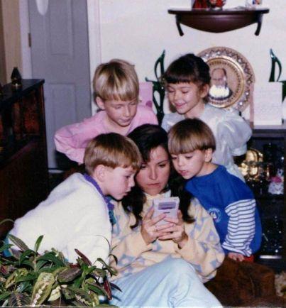 Madre aiuta suo figlio a superare un livello di Super Mario Land su Gameboy dal 1989