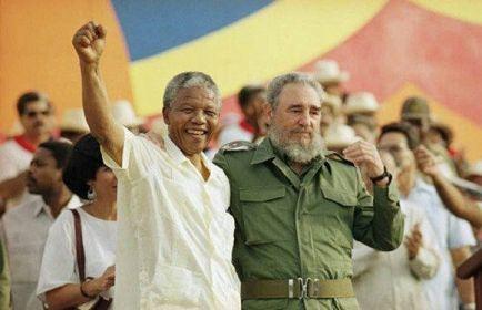 Nelson Mandela dopo un un discorso con Fidel Castro, (circa, 1990)