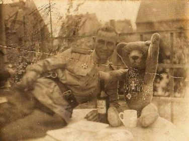 Soldato sovietico con orsacchiotto (circa 1945)