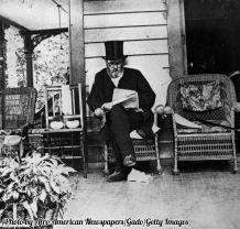 Ulysses S Grant che legge su un portico. Ultima fotografia del generale prima della sua morte, 1885