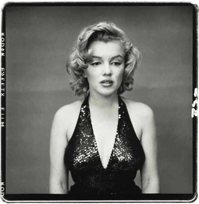 Un raro scatto di Marilyn Monroe senza il suo tipico sorriso. Foto di Richard Avedon, 1957