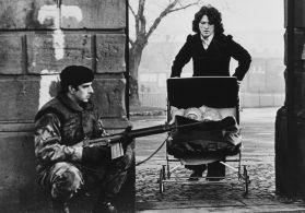 Un soldato in pattuglia durante '' The Troubles '' (Irlanda del Nord, 1974)