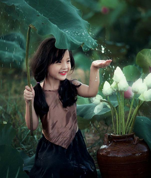 Ragazza che gode della pioggia