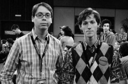 Bill Gates e Steve Jobs giovani posano per una foto (giugno 1973)