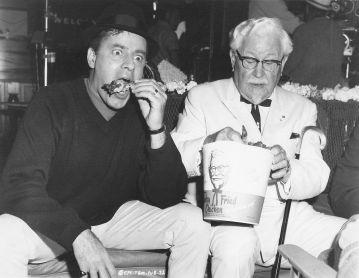 Jerry Lewis addenta un pollo seduto accanto al colonnello Sanders, nel 1967