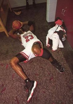 Michael Jordan ha vinto un Campionato il giorno della festa del papà proprio dopo che il padre è morto. Corse in questa stanza, crollò a terra e cominciò a piangere