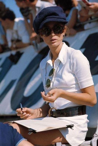Nina Rindt cronometra il marito, il pilota F1 Jochen Rindt, 1965