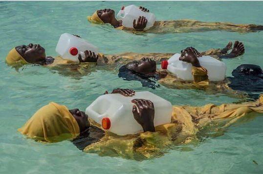 Studentesse di Zanzibar a scuola di nuoto