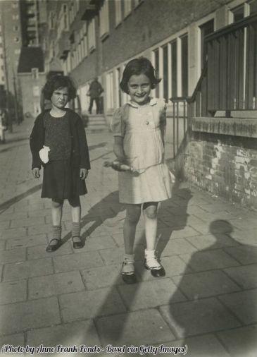 Anna Frank con una corda per saltare accanto alla sua amica, Sanne Ledermann a Merwedeplein, Amsterdam, 1935
