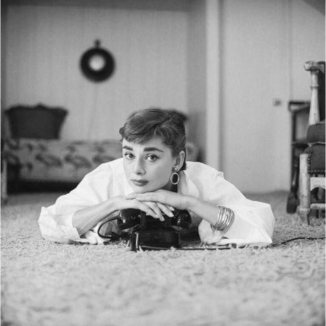 Audrey Hepburn nel suo appartamento di Los Angeles, 1953. Fotografia di Mark Shaw