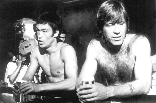"""Bruce Lee e Chuck Norris si prendono una pausa sul set di """"La via del drago"""""""