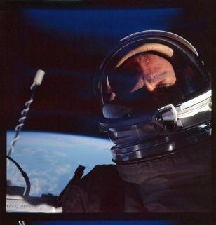 Buzz Aldrin nel primo selfie spaziale in assoluto durante un'EVA nella missione Gemini 12, 1966