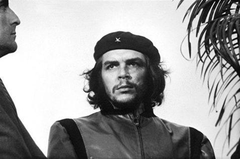 Che Guevara durante un servizio funebre a Cuba. Questa foto divenbterà una delle immagini più iconiche della storia moderna (Cuba, 1960)