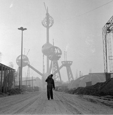 Costruzione dell'Atomium a Bruxelles per la Fiera mondiale del 1958. Fotografia di Dolf Kruger