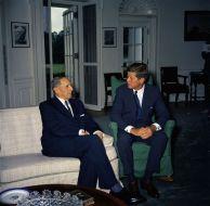 Douglas MacArthur con John F. Kennedy nello studio ovale (1961)