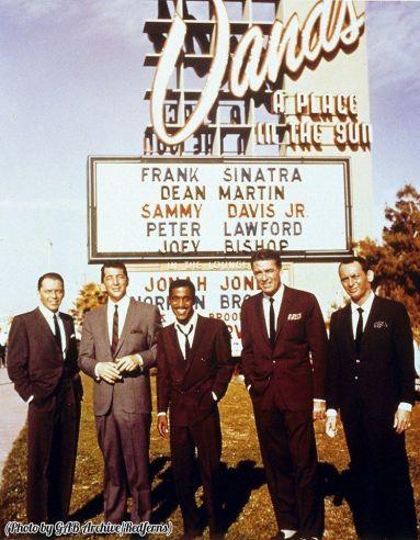 Frank Sinatra, Dean Martin, Sammy Davis Jr, Peter Lawford e Joey Bishop al di fuori di Sands Casino, Las Vegas, 1960