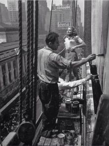Giovane donna viene dipinta su un cartellone pubblicitario, New York, 1947
