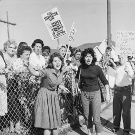 """""""Tutto quello che voglio per Natale è una scuola bianca pulita"""". I segregazionisti protestano contro la presenza di Ruby Bridges, di 6 anni, fuori dalla scuola elementare William Frantz di New Orleans, nel 1960"""