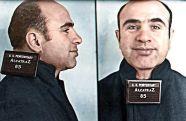 Il gangster Al Capone pone per una foto segnaletica al suo arrivo al penitenziario federale di Alcatraz il 22 agosto 1934 a San Francisco, California
