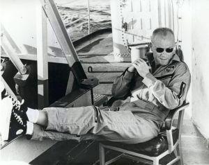 John Glenn si rilassa nel suo Chuck Taylors a bordo della USS Noa dopo il suo leggendario volo orbitale, 1962