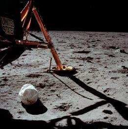 La prima foto scattata sulla superficie della luna da un essere umano. Neil Armstrong per la precisione, nel 1969