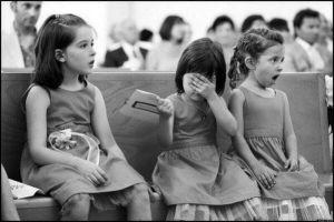 La reazione di alcune bambine a un bacio di nozze