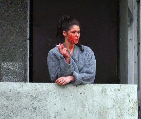 L'attrice Gemma Arterton durante una pausa durante le riprese di 'Bisanzio'. Andò sul balcone per fumare e si dimenticò di pulire il sangue finto dalla sua faccia