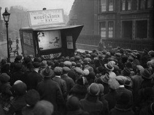 Londinesi si accostano ad uno schermo mobile che mostra l'ultimo film di Mickey Mouse, 1931