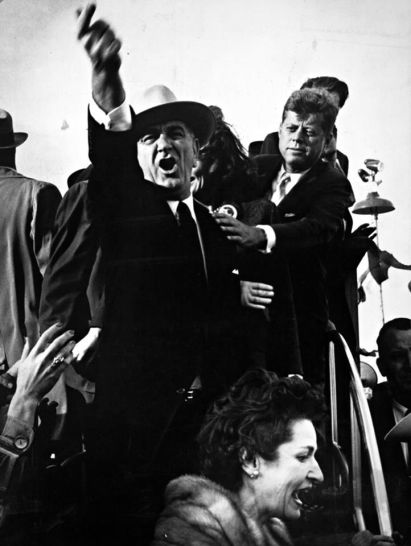 Lyndon B. Johnson urlò ai piloti di un aereo vicino per spegnere i motori in modo che John F. Kennedy potesse parlare mentre Kennedy cerca di calmarlo. Fotografia di Richard Pipes durante la campagna presidenziale del 1960 ad Amarillo, in Texas