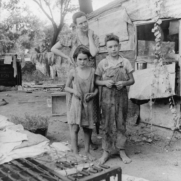 Madre e figli di una famiglia povera durante la grande depressione. California, 1936. (Foto di Dorothea Lange)
