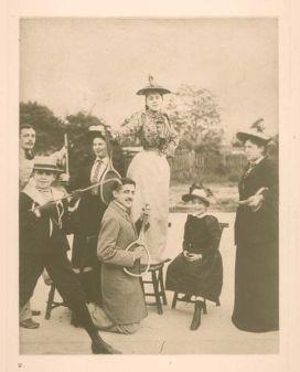 Marcel Proust che suona una chitarra elettrica su una racchetta da tennis intorno al 1892