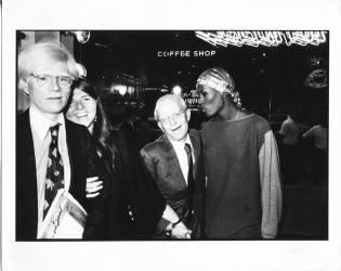 New York, 1977. Andy Warhol e Truman Capote vendono copie di Interview nello store FIORUCCI