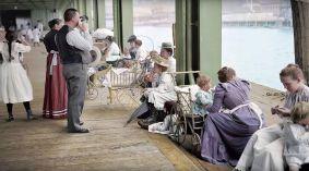 Persone in attesa di un traghetto sul molo East River, New York City, 1904