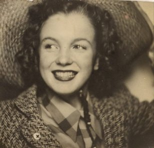 Prmo ritratto di Norma Jeane Baker, futura icona di Hollywood Marilyn Monroe, circa 1940