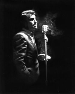 Rod Serling che narra di The Twilight Zone, circa 1964