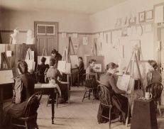 Studentesse d'arte che fanno schizzi durante la lezione. Secondo l'annotazione della fotografia, è stata scattata presso la State School for the Deaf a Delavan, nel Wisconsin, nel 1880