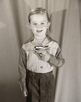 Un bambino mostra con orgoglio la sua pistola a raggi, intorno agli anni '50