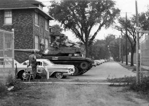 Un carro armato pattuglia un quartiere a Detroit durante le rivolte di massa (USA, 1967)
