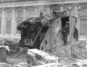 Un uomo smantellando un carro armato Mark VI durante il disarmo post-guerra in Germania