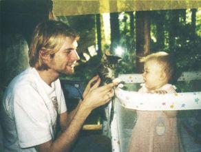 Un ventiseienne Kurt Cobain che mostra un gattino a sua figlia Frances, 1993