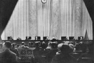 Una delle due fotografie esistenti della Corte Suprema degli Stati Uniti in sessione. Le telecamere sono vietate nella Corte Suprema, ma questa fotografia è stata scattata da una giovane donna che ha nascosto la sua piccola macchina fotografica nella borsetta, tagliando un buco attraverso il quale la lente fa capolino, 1937