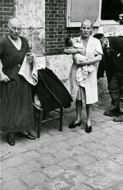 Una donna francese che ha avuto un bambino con un soldato tedesco ha la testa rasata, come segno di umiliazione. 1944