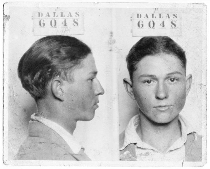 Una foto segnaletica di un sedicenne Clyde Barrow, metà del duo criminale 'Bonnie and Clyde', Dallas, 1926