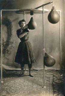 Una giovane donna che fa boxe, 1890
