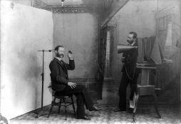 Una vecchia foto di composizione in cui il fotografo sembra fotografarsi, Berlino, WI, 1893