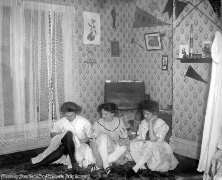 Universitarie in una stanza del dormitorio, 1905