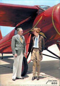 Amelia Earhart (e un uomo sconosciuto) in piedi davanti al suo aereo monoposto a Burbank. California - 1932 - foto colorata