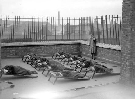 Bambini che dormono sul tetto di una scuola per orfani, ca. 1920